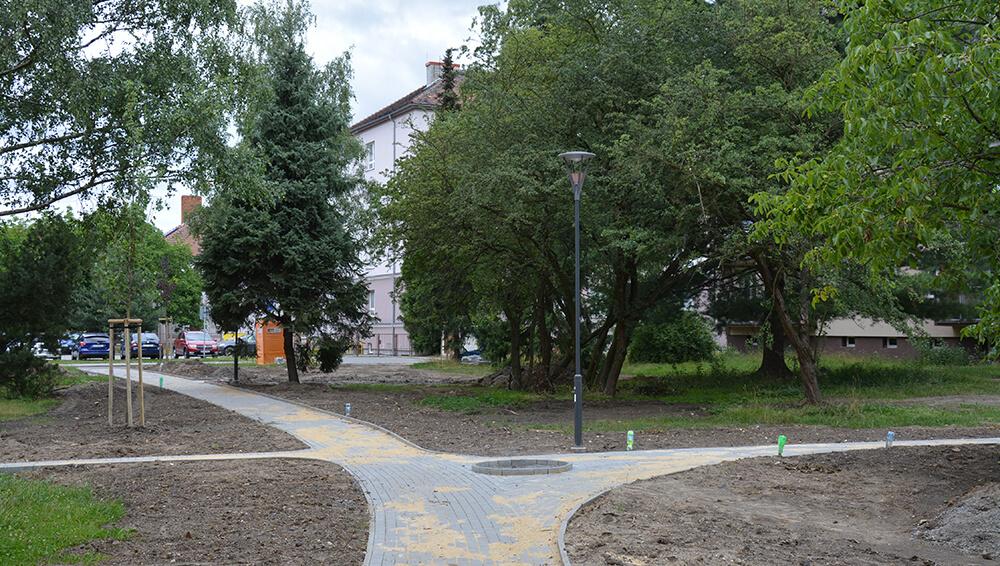 Komplexní řešení zeleně – lokalita mezi bytovými domy blízko ZŠ Dr. M. Tyrše